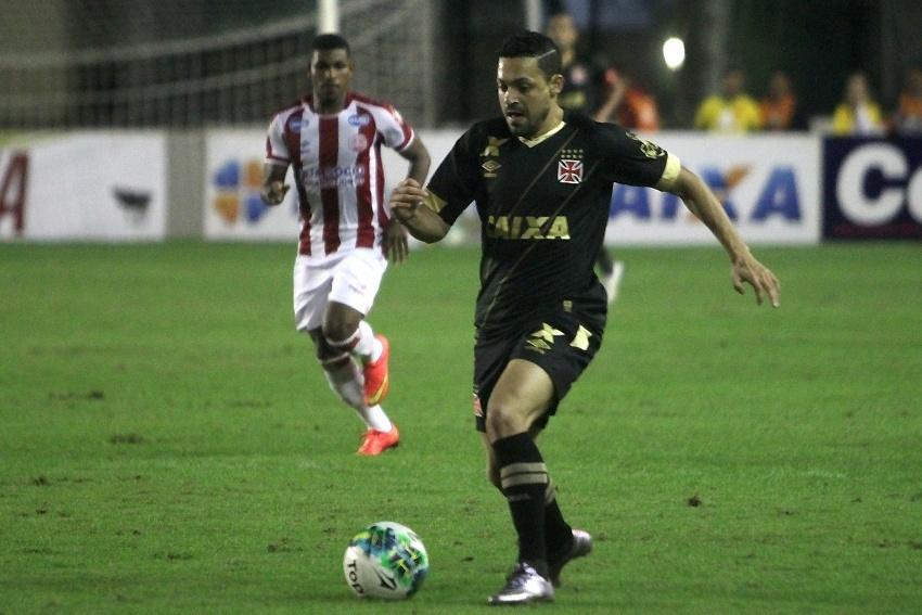 Éder Luis conduz bola no jogo Vasco x Náutico pela Série B