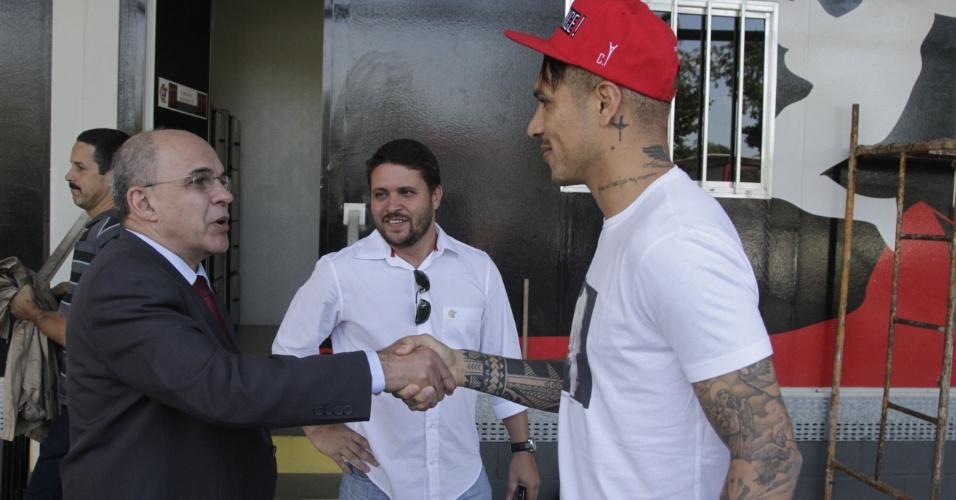 Presidente Eduardo Bandeira de Mello recepciona Guerrero; peruano teve primeiro dia agitado no Flamengo