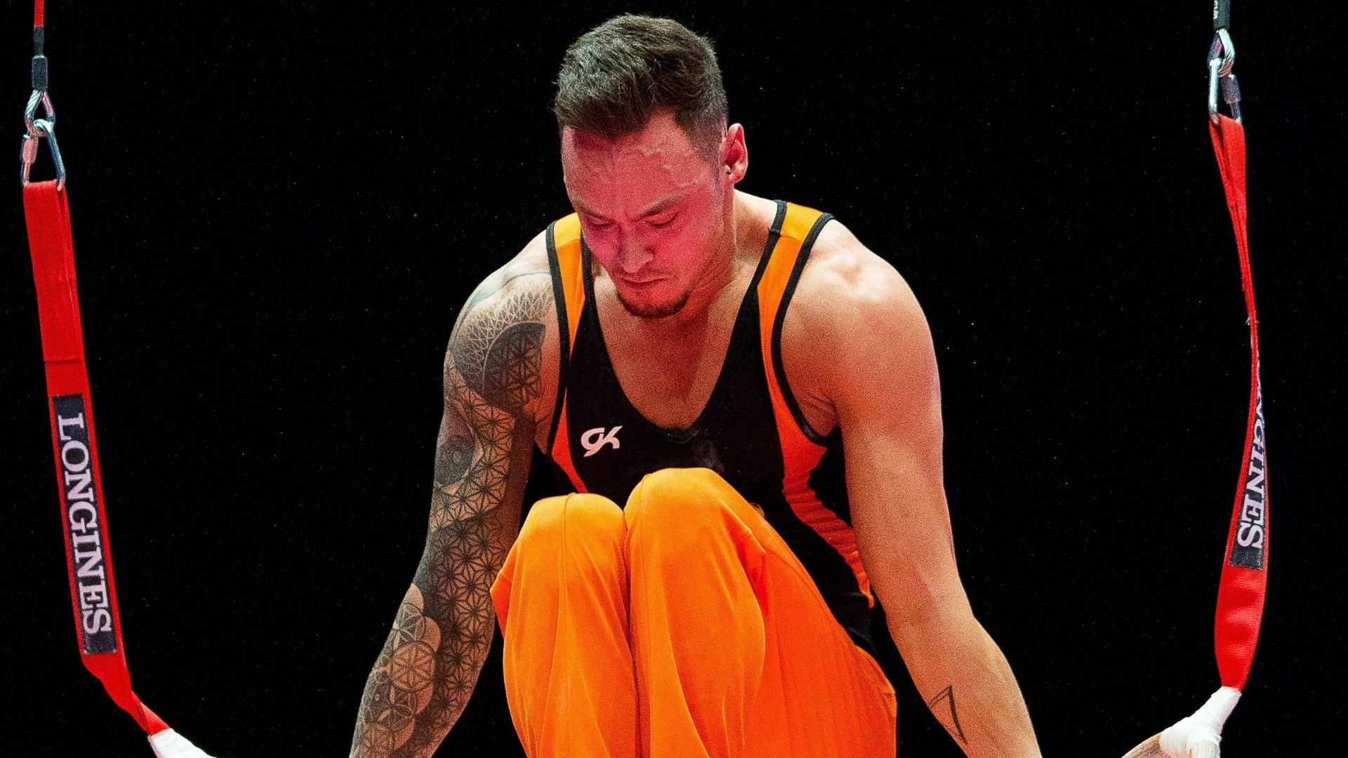 Bart Deurloo, ginasta holandês, se apresenta nas argolas na eliminatória do Mundial de ginástica artística