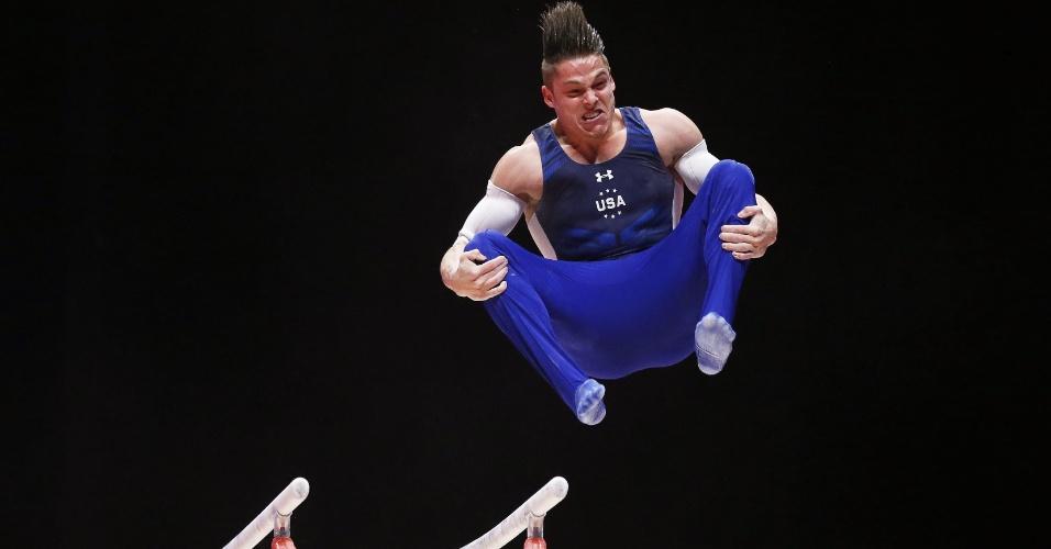 Christopher Brooks, ginasta norte-americano, finaliza a apresentação nas barras paralelas na eliminatória do Mundial de ginástica artística