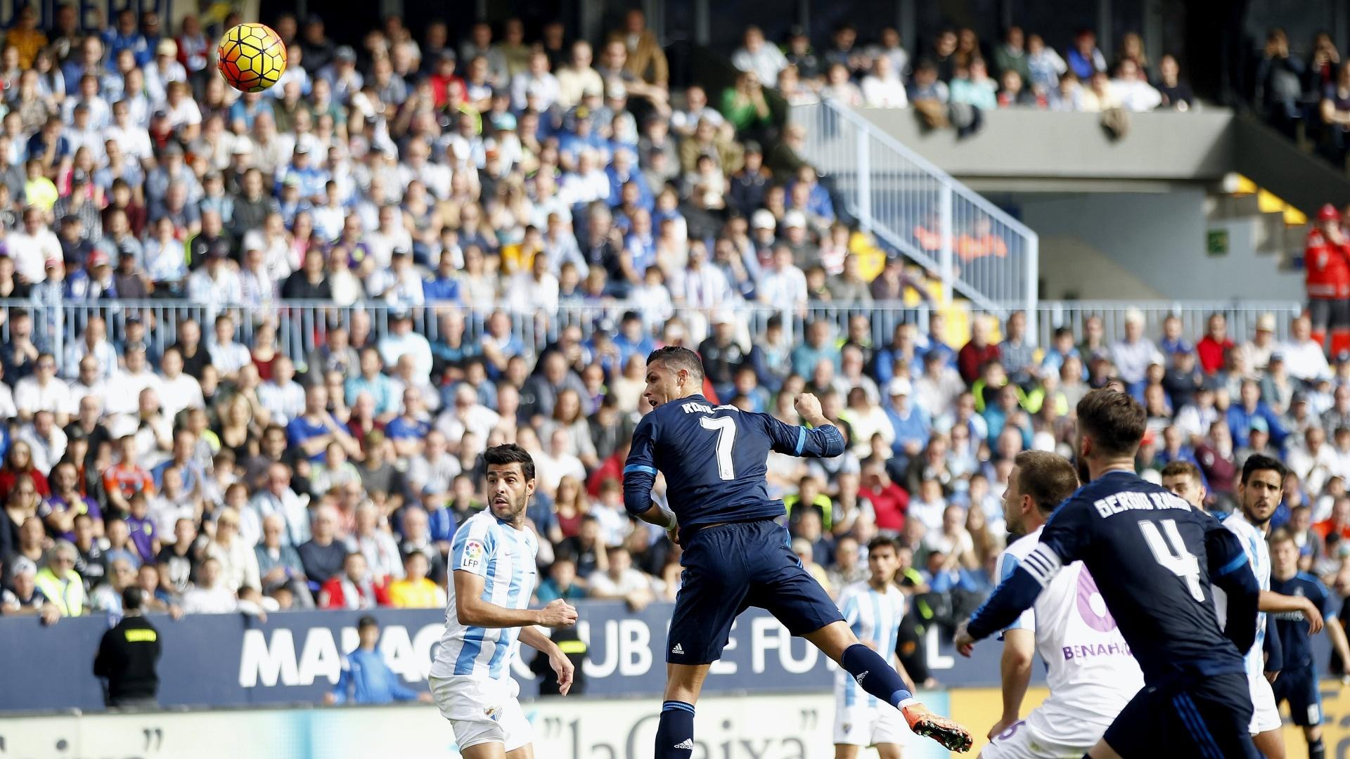 Cristiano Ronaldo cabeceia para abrir o placar para o Real Madrid, em jogo contra o Málaga no Estádio de La Rosaleda