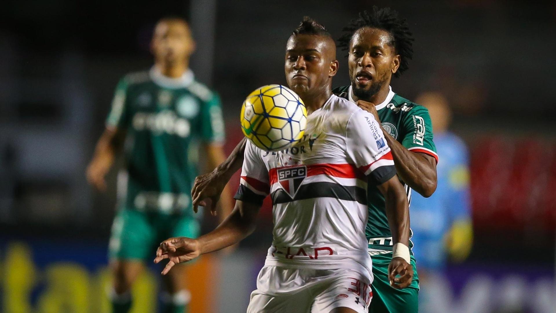 Kelvin, do São Paulo, domina a bola e é marcado por Zé Roberto, do Palmeiras