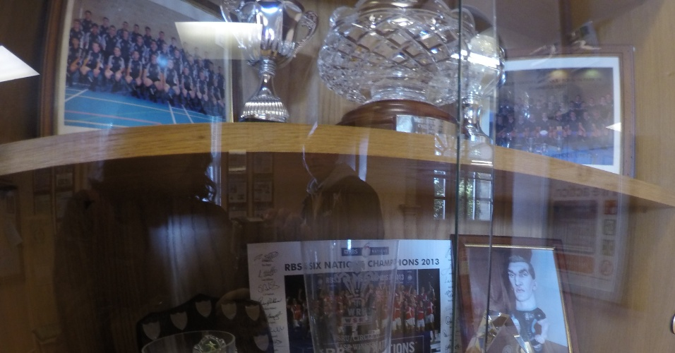 Recepção da escola tem uma sala de espera com vasta coleção de troféus alcançados pelos times da Witchurch e outros obtidos por ex-alunos já como atletas profissionais.