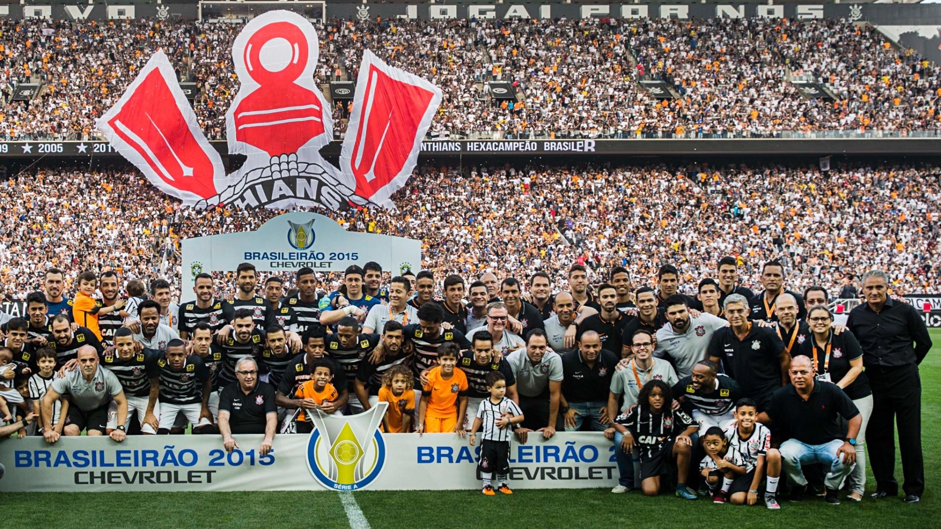 Corintianos se reúnem em foto do título brasileiro antes da partida contra o São Paulo