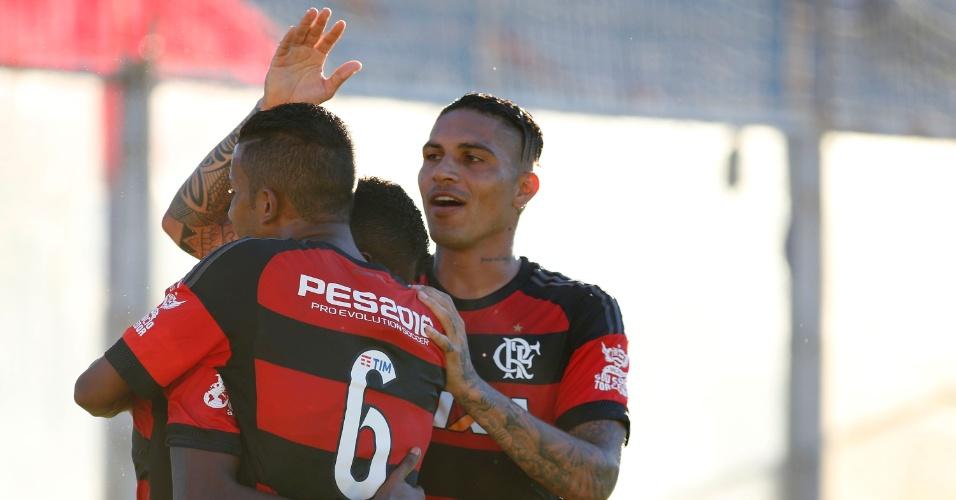 Guerrero e Marcelo Cirino comemoram gol do Flamengo sobre o Bangu