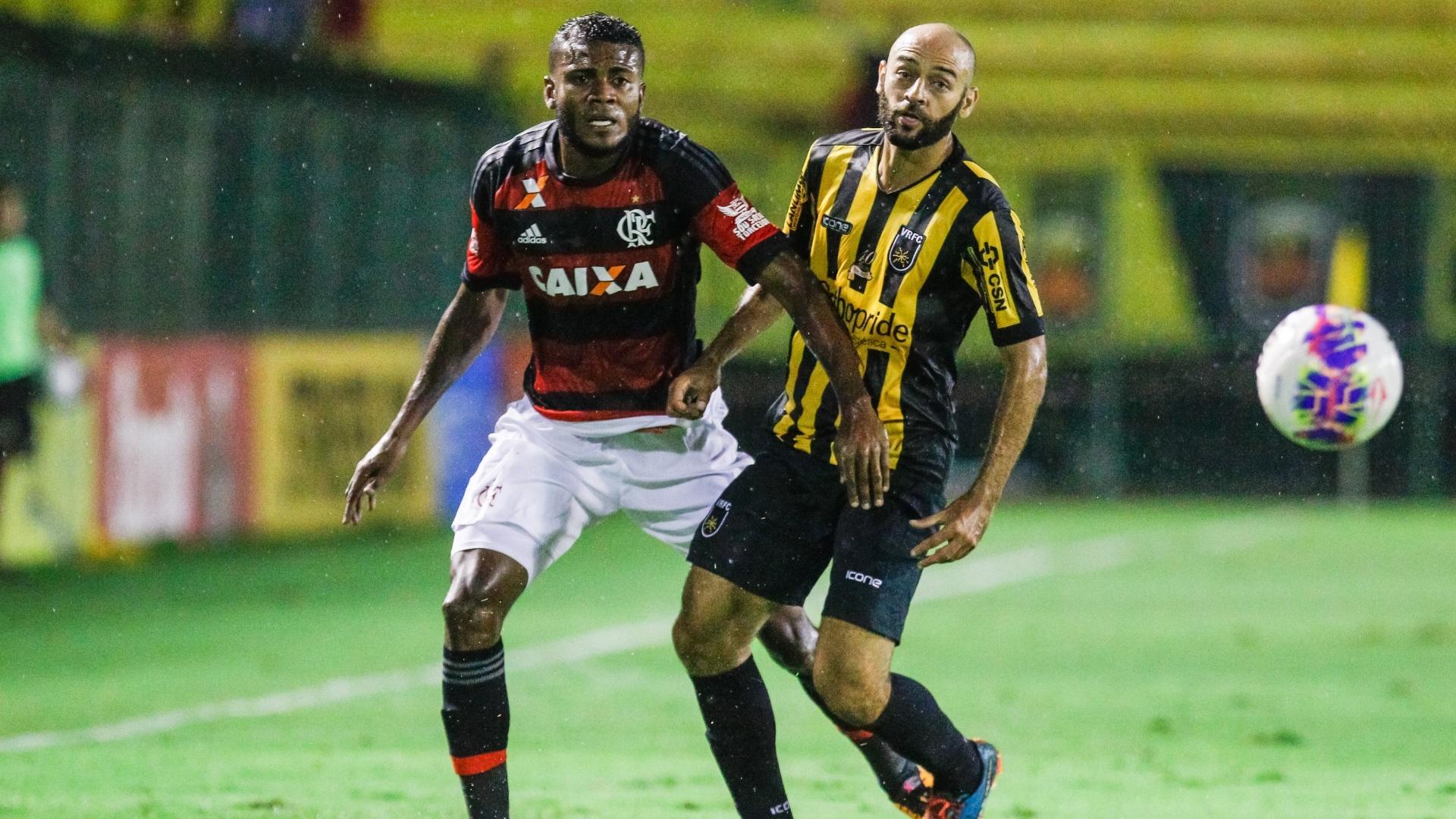Cirino disputa a bola durante a partida do Flamengo contra o Volta Redonda