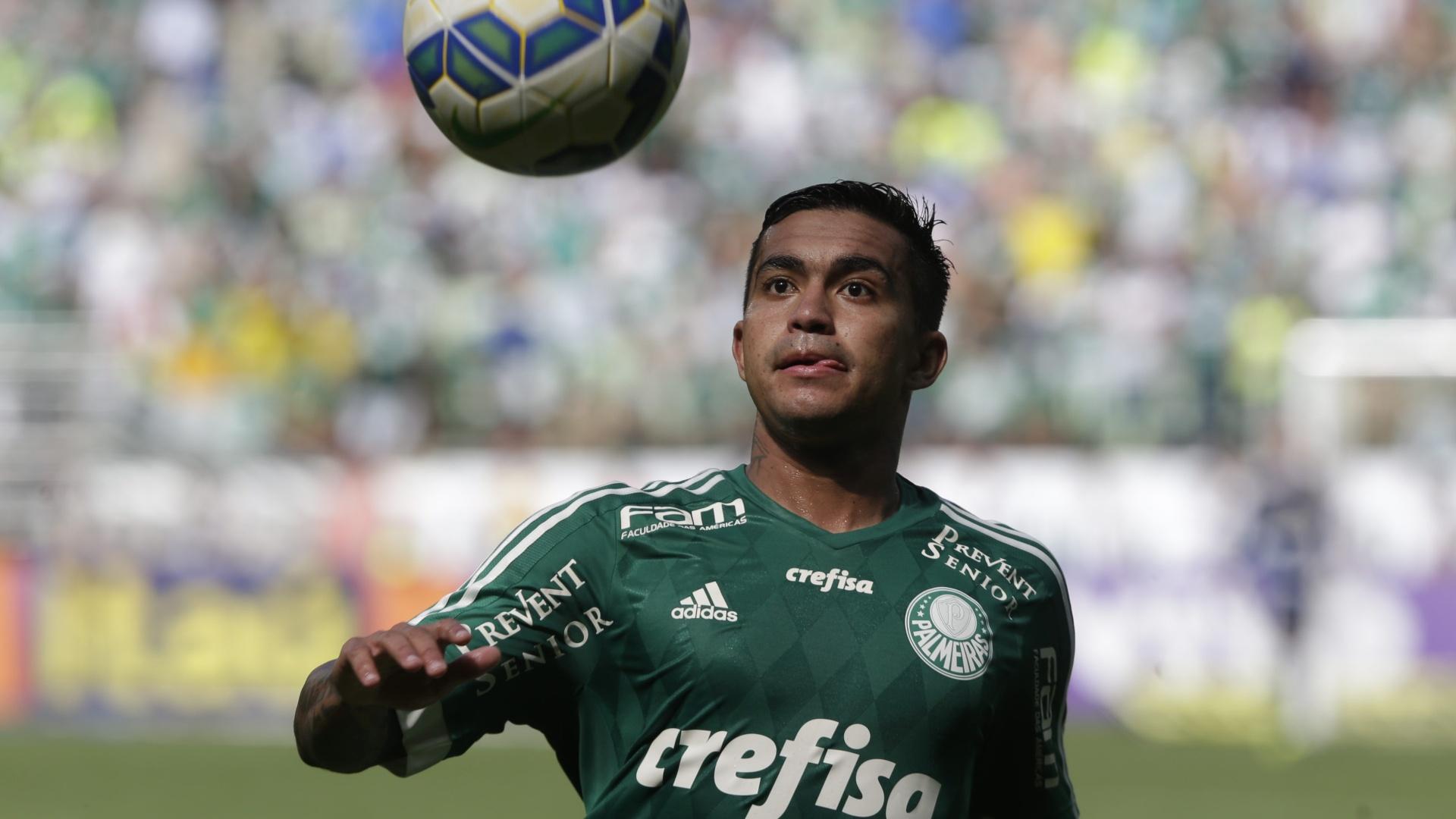 Dudu domina a bola em jogo entre Palmeiras e Atlético-PR pelo Campeonato Brasileiro