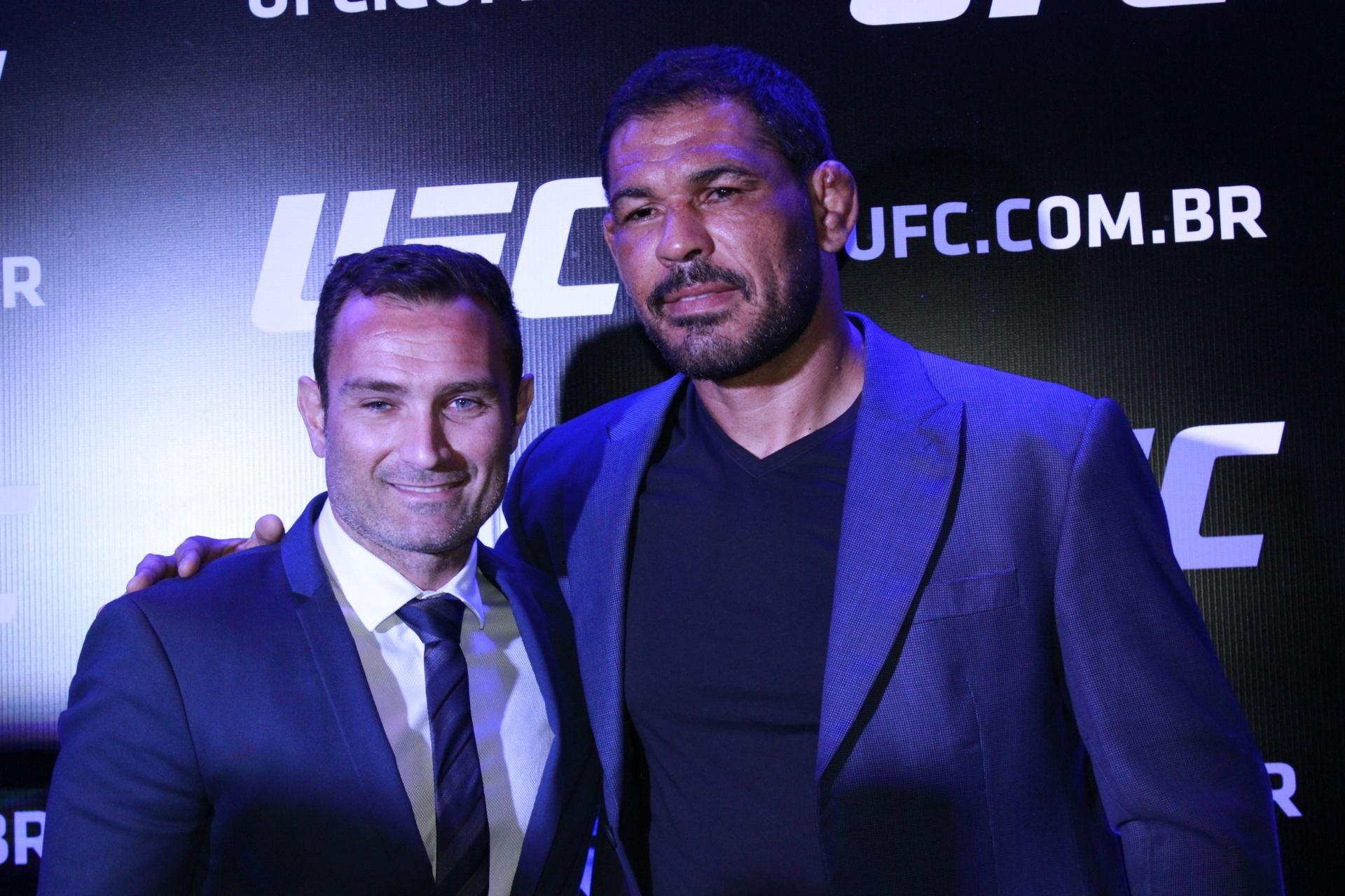 01.set.2015 Rodrigo Minotauro (d) posa para foto com o presidente do UFC no Brasil, Giovani Decker, durante anúncio de aposentadoria