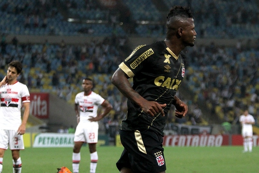 Riascos sai para comemorar gol contra o São Paulo