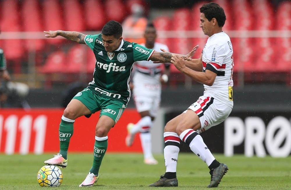 Dudu protege a bola da marcação de Ganso no clássico entre São Paulo e Palmeiras