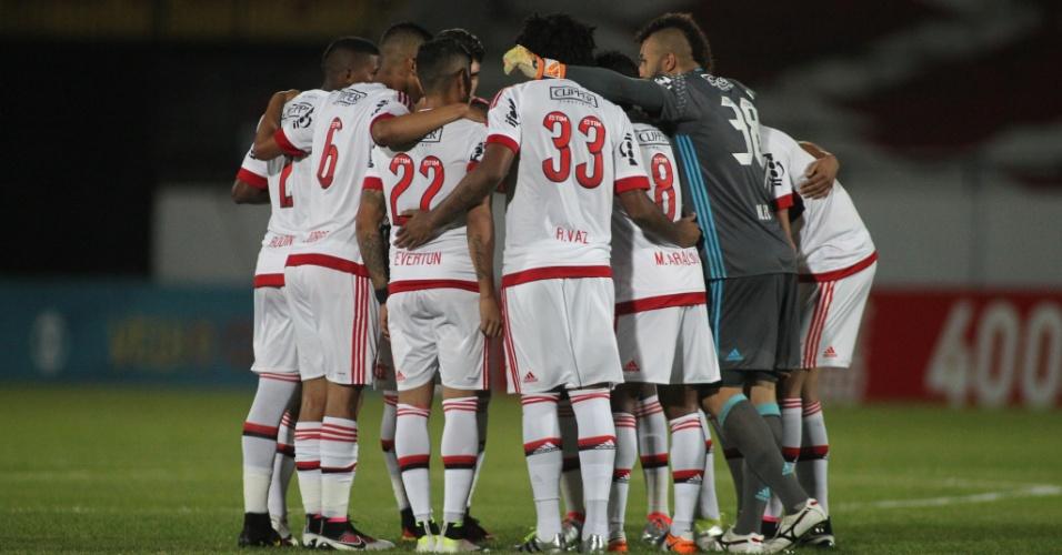 Jogadores do Flamengo se reúnem no gramado antes da vitória por 1 a 0 sobre o Santa Cruz