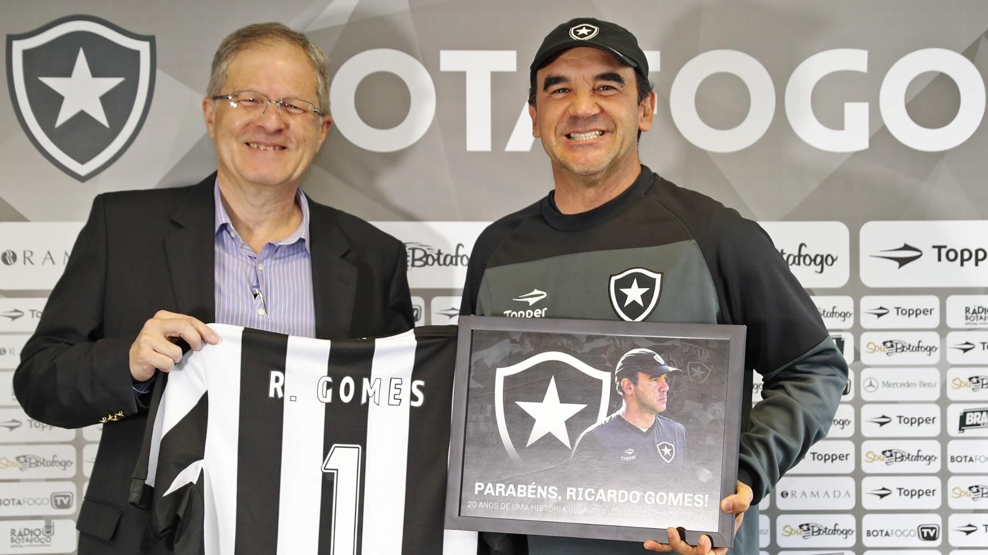 Ricardo Gomes é homenageado no Botafogo com placa e camisa