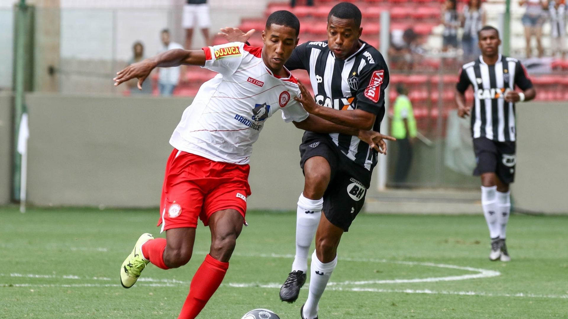 Robinho tenta fugir da marcação no duelo entre Atlético-MG e Tombense pelo Campeonato Mineiro