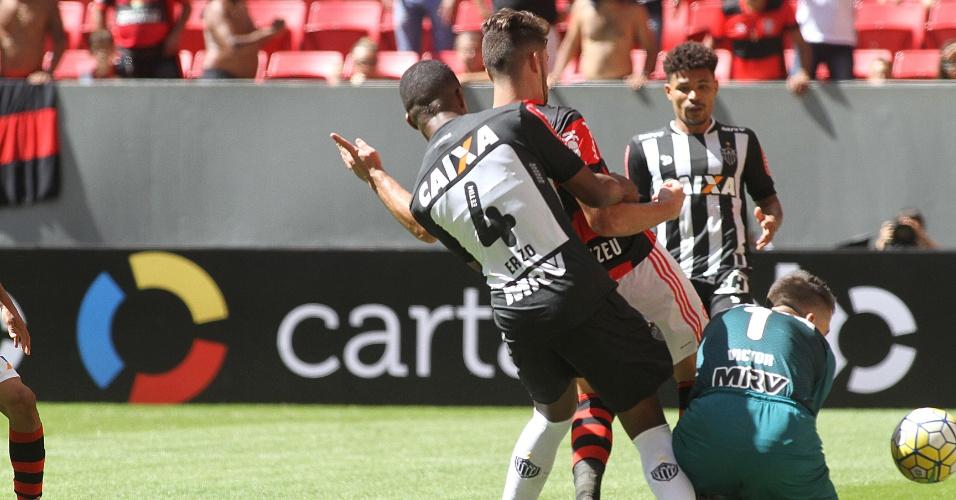 Felipe Vizeu aproveita a indefinição de Erazo e Victor para garantir o triunfo do Flamengo