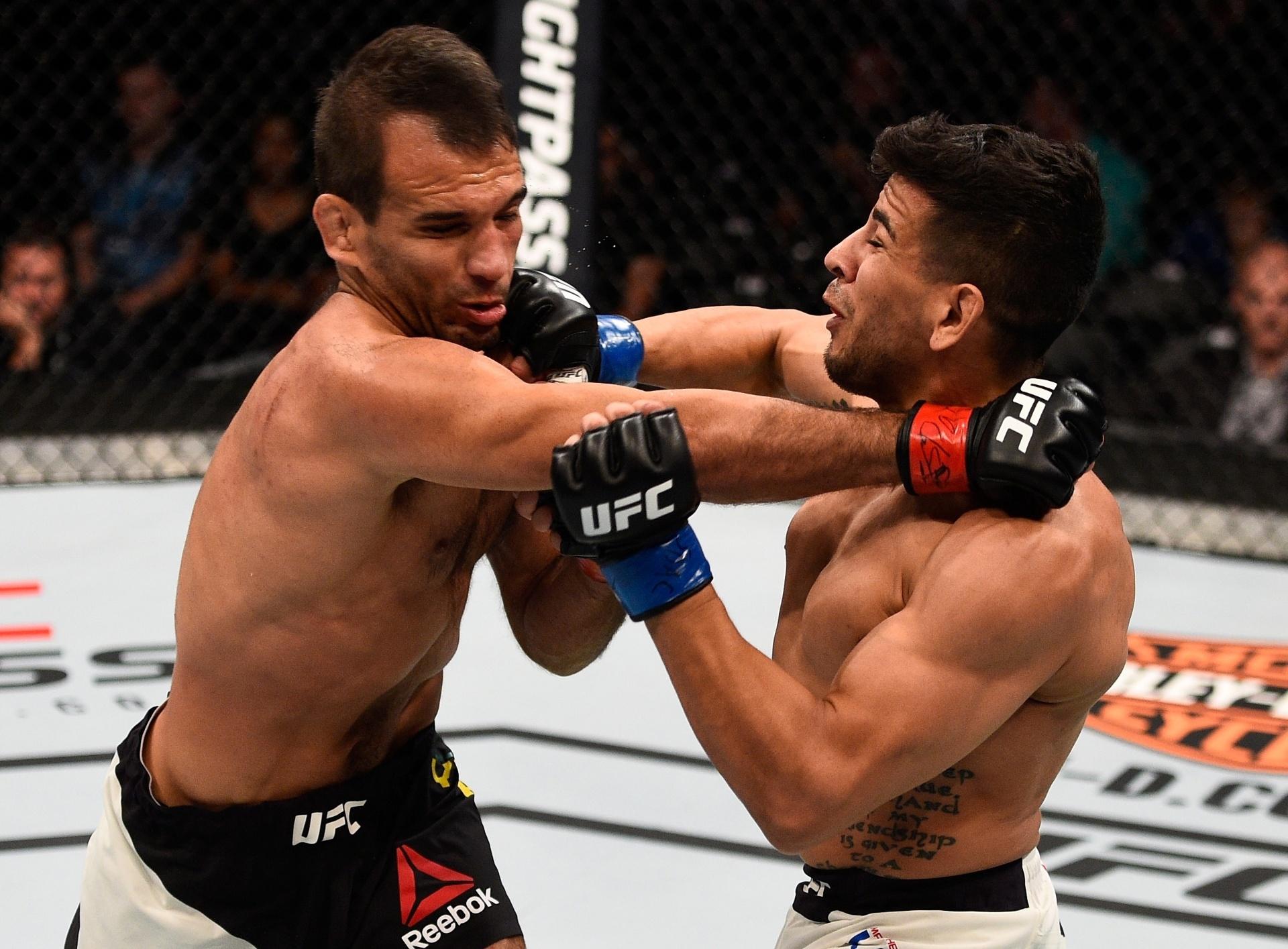 Rani Yahya (à esquerda) e Matthew Lopez (à direita) trocam socos no UFC Dacota do Sul. O brasileiro venceu por finalização