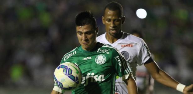 Cristaldo domina a bola durante a partida Palmeiras e ASA, na Copa do Brasil