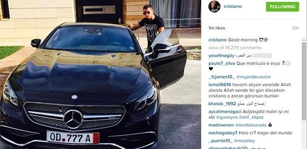Cristiano Ronaldo exibe novo carro, uma Mercedes