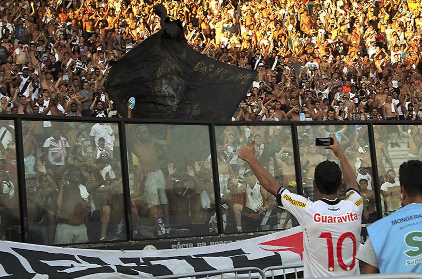 Nenê comemora vitória com a torcida do Vasco em São Januário