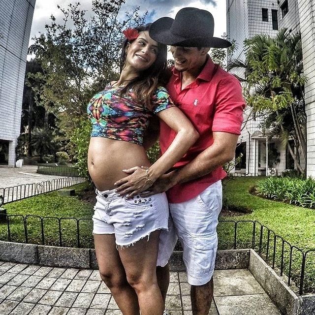Felipe Sertanejo posa abraçado com a esposa, a apresentadora Lucilene Caetano