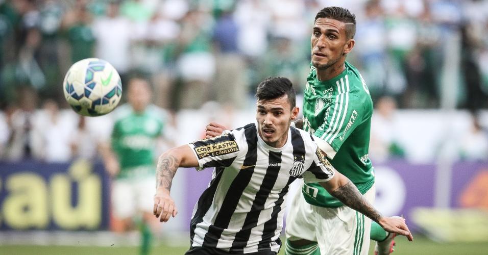 Rafael Marques e Zeca disputam a bola durante o clássico Palmeiras e Santos, válido pelo Brasileirão