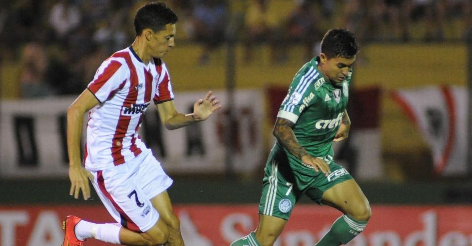 Dudu carrega bola para o Palmeiras contra o River-URU, na Libertadores