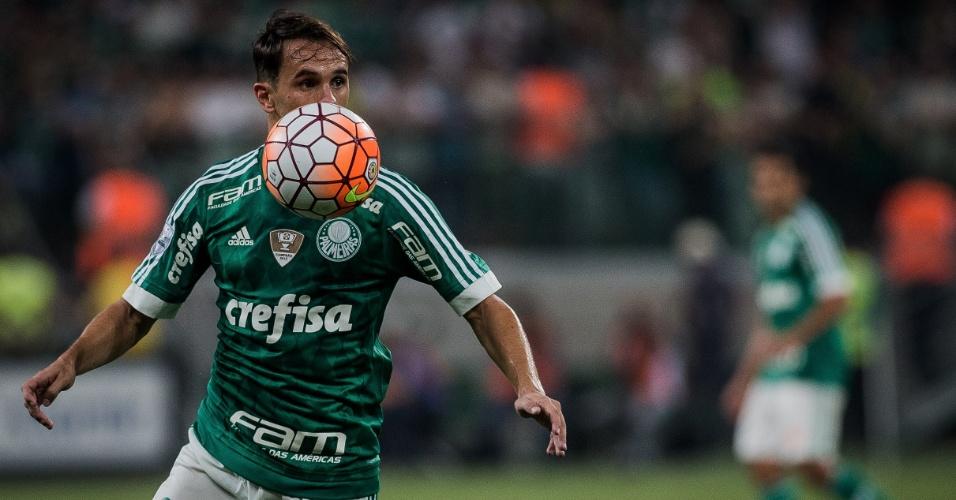 Lucas domina a bola durante a partida entre Palmeiras e Nacional (URU)