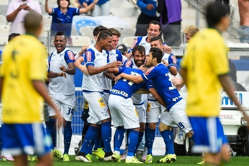 Alisson e os jogadores do Cruzeiro comemoram gol contra o Palmeiras, no Campeonato Brasileiro