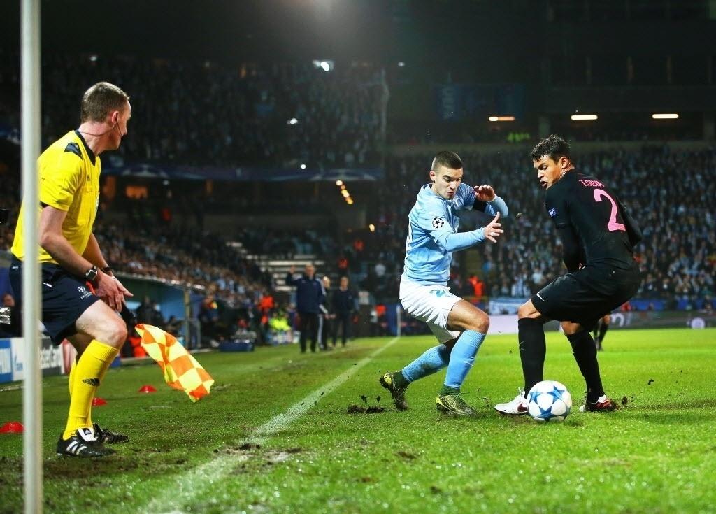 Brasileiro do PSG, Thiago Silva disputa bola com Vladimir Rodic, do Malmö, mas acaba driblado