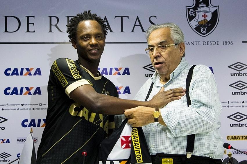 Andrezinho recebe a camisa do Vasco das mãos do presidente Eurico Miranda