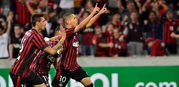 Marcos Guilherme corre para comemorar gol do Atlético-PR sobre o Luqueño