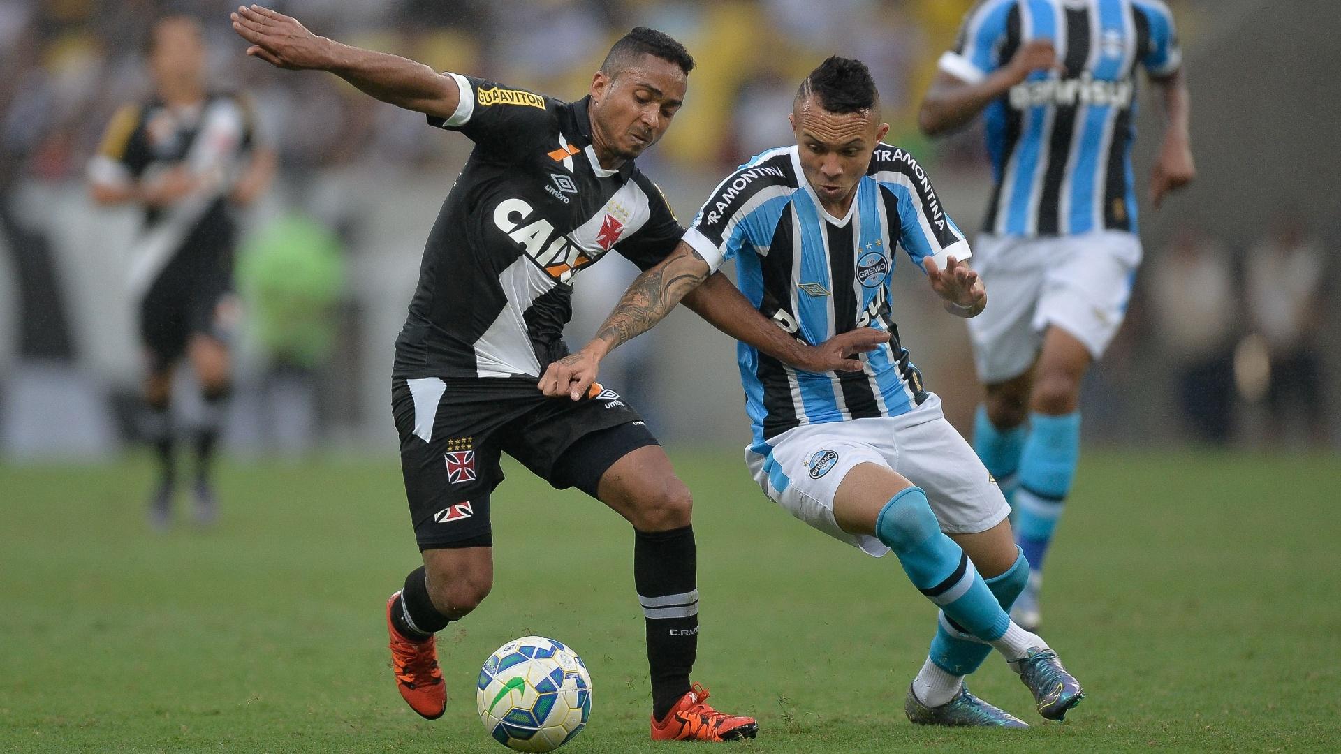 Jorge Henrique do Vasco disputa bola com Everton do Grêmio, durante partida neste domingo (25)