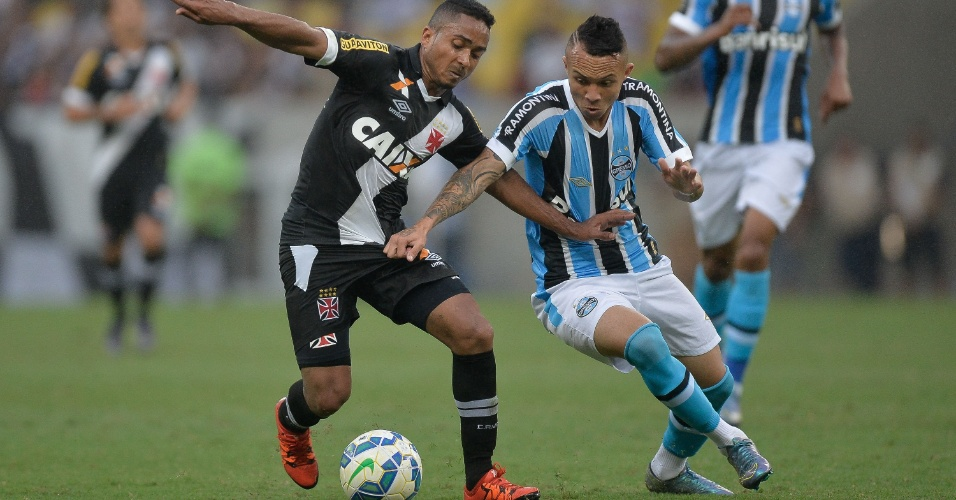 Jorge Henrique do Vasco disputa bola com Everton do Grêmio, durante partida neste domingo (25)