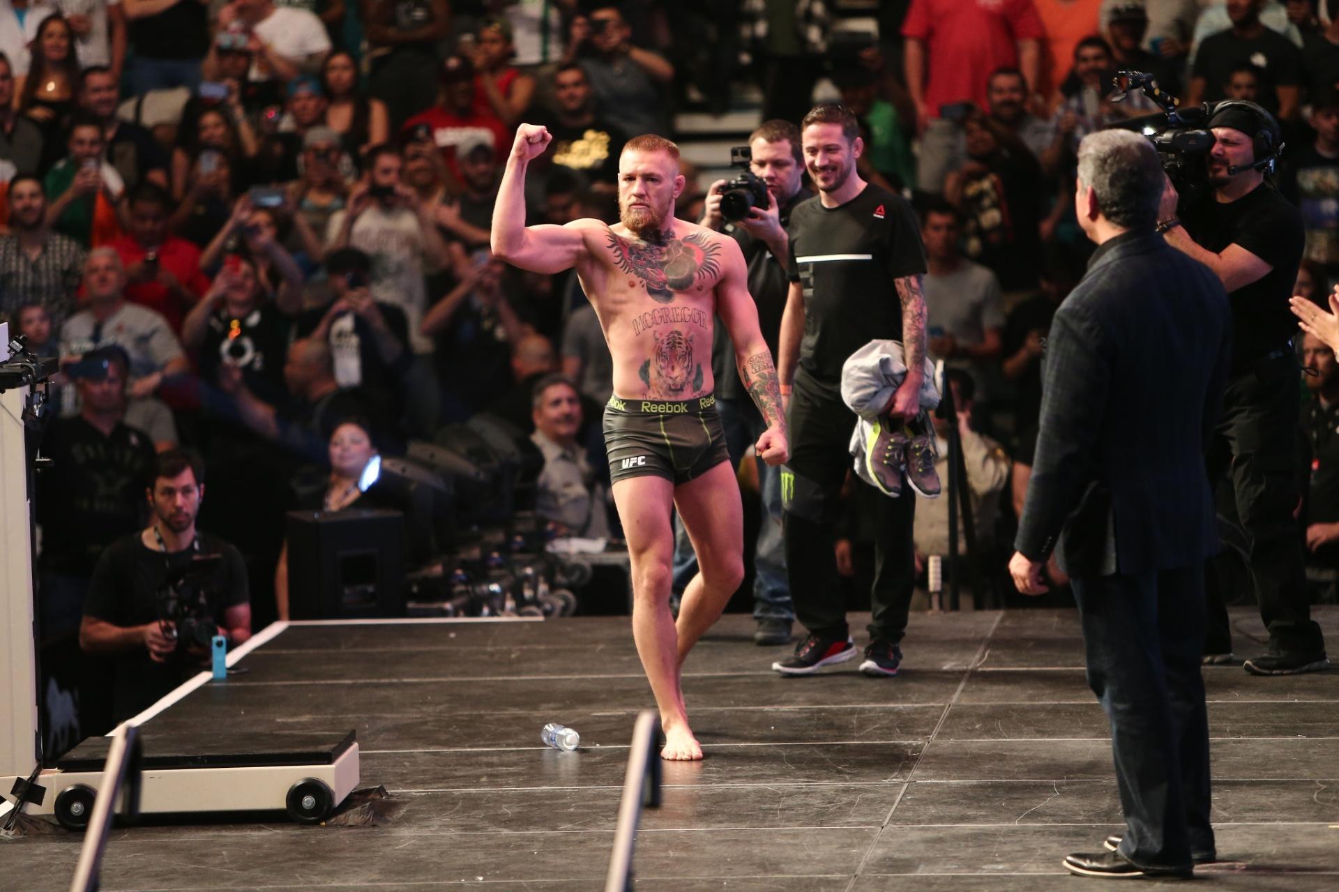 Conor McGregor vibra depois da pesagem oficial do UFC 196