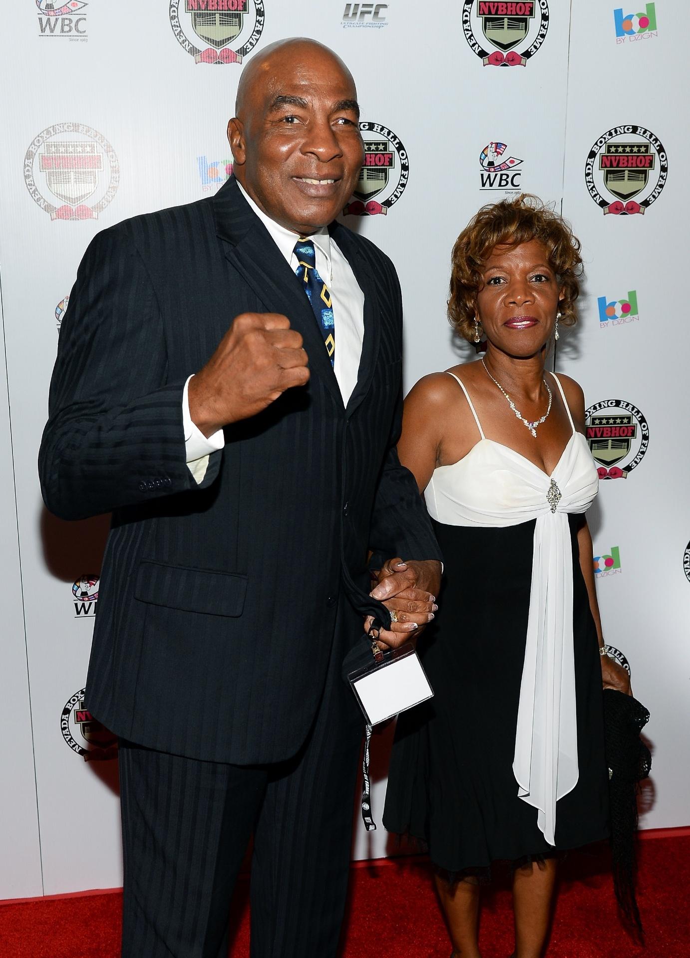 Earnie Shavers, ex-boxeador, chega para evento em Las Vegas com a noiva Marsha Josey, em 2013