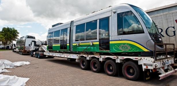 Os vagões do VLT de Cuiabá estão em um pátio desde 2013 esperando a obra acabar