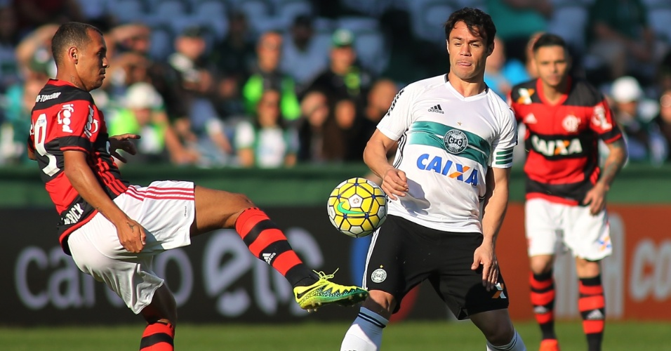 Kleber Gladiador e Alan Patrick dividem bola na partida entre Coritiba e Flamengo