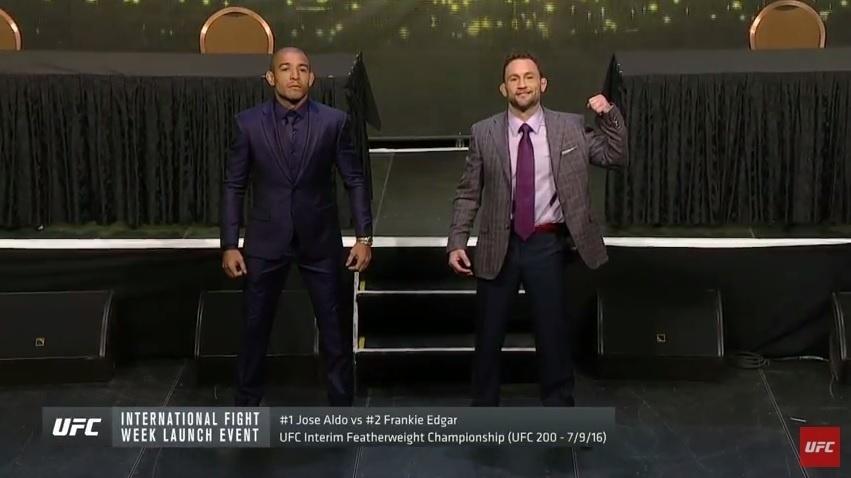 José Aldo e Frankie Edgar posam para foto após coletiva de imprensa do UFC 200
