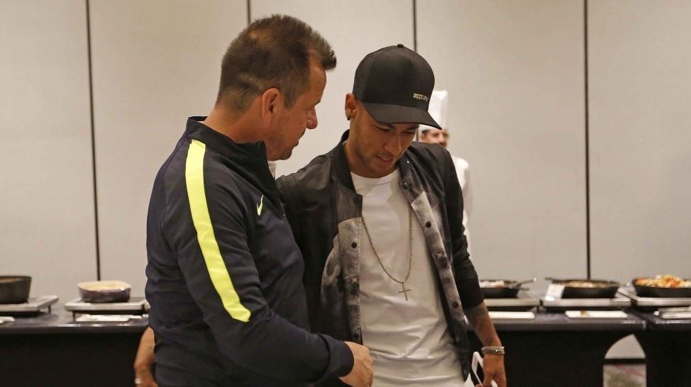 Neymar e Dunga se cumprimentam em concentração da seleção brasileira