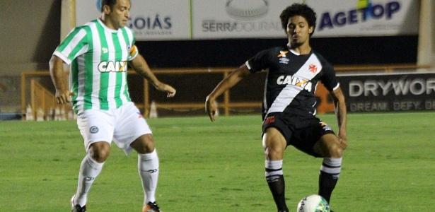 Douglas tenta jogada diante do Goiás no Serra Dourada