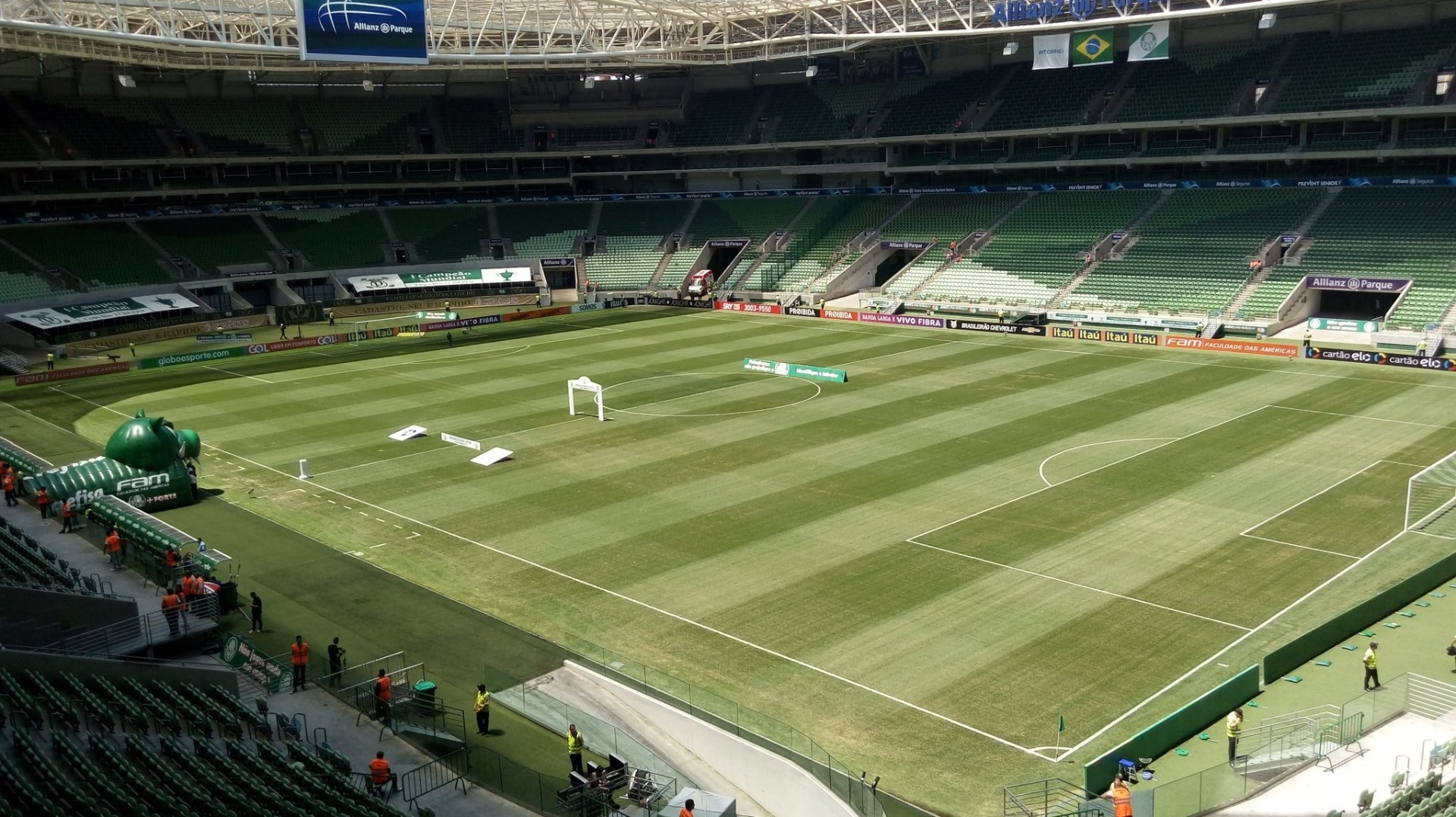 Gramado do estádio do Palmeiras com tons diferentes para o jogo contra o Botafogo