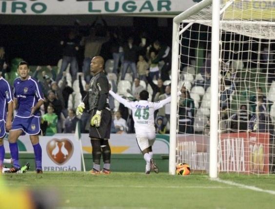 Geraldo comemora gol do Coritiba diante do Nacional-AM pela Copa BR (23/05/2013)