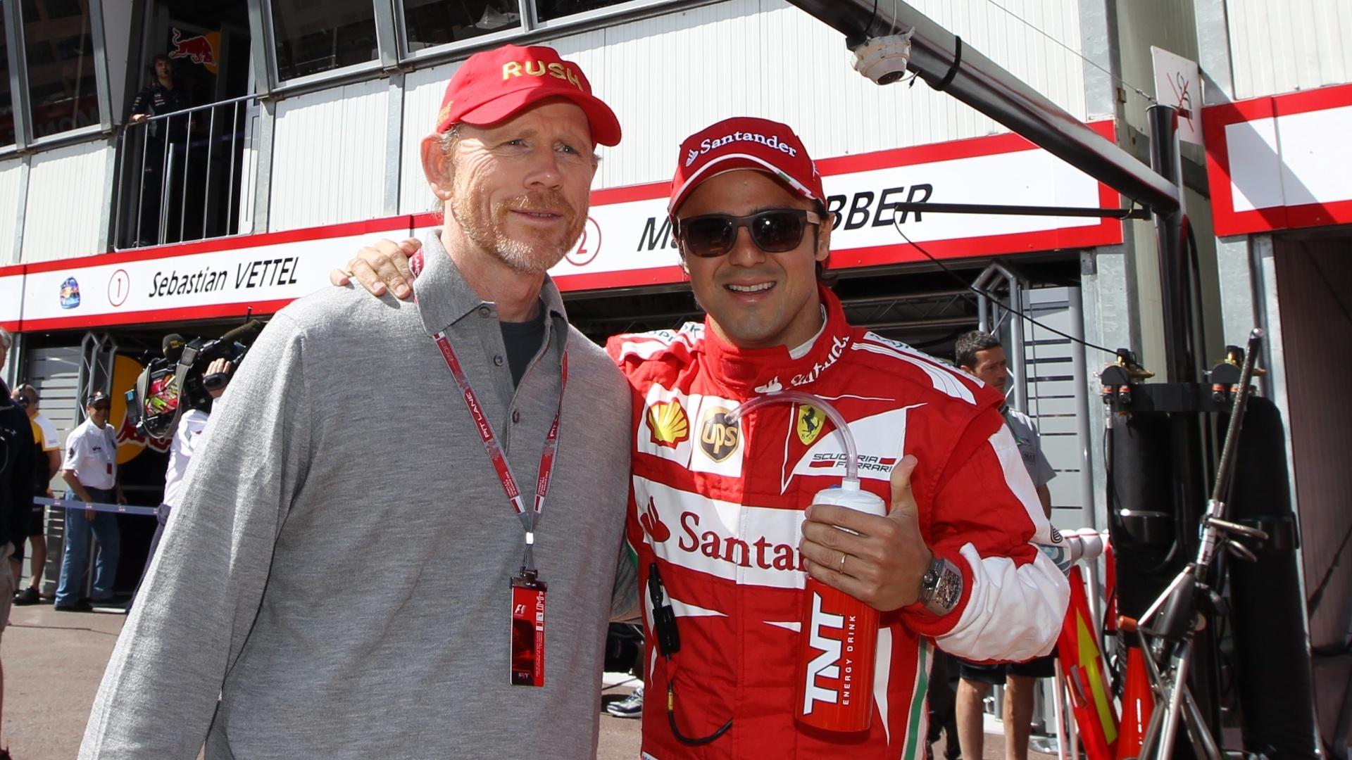 25.mai.2013 - Antes de ir para pista, Felipe Massa (direita) faz sinal de positivo ao lado do diretor Ron Howard, do filme Uma Mente Brilhante