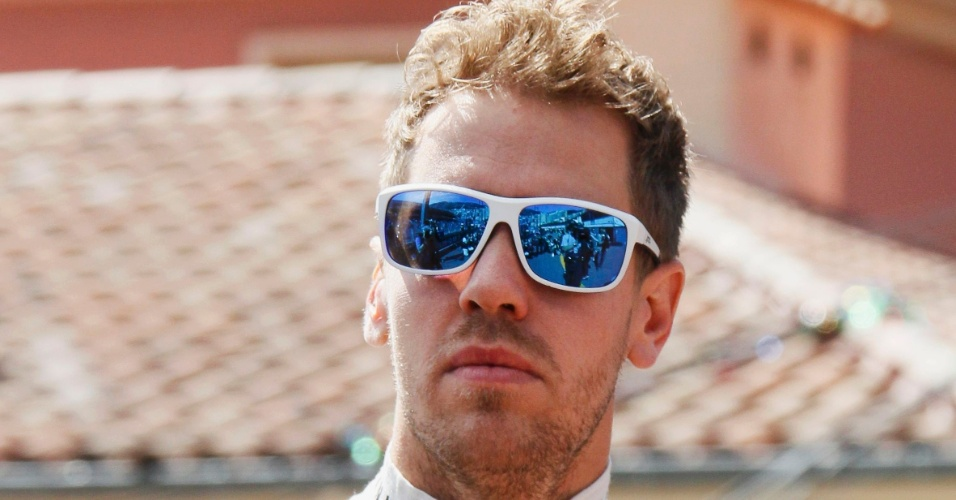 25.mai.2013 - Concentrado e com óculos extravagantes, Sebastian Vettel se prepara para os treinos livres do GP de Mônaco
