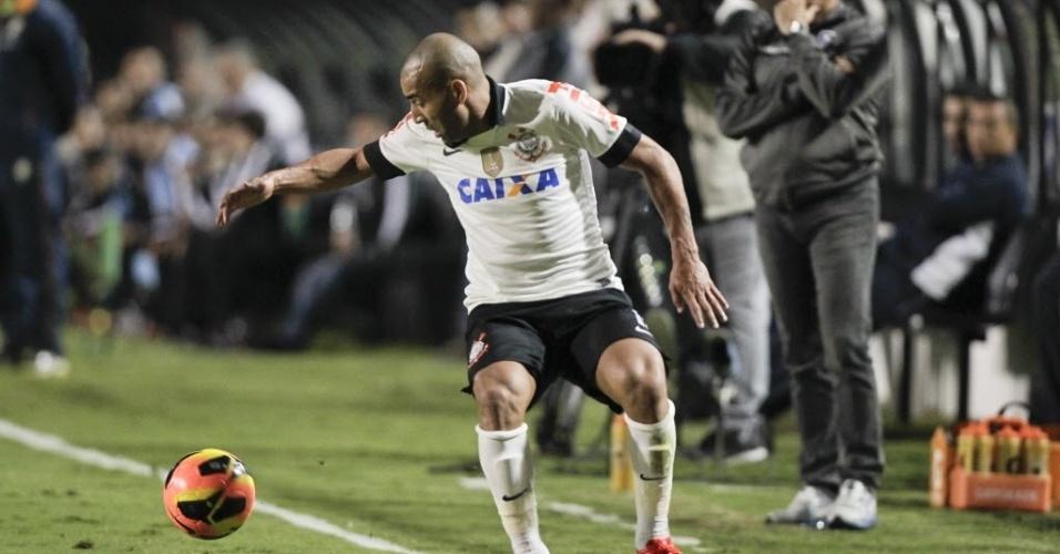 25.mai.2013 - Atacante Emerson tenta controlar a bola na partida entre Corinthians e Botafogo, pelo Brasileirão