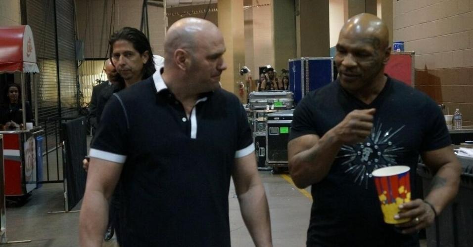 25.mai.2013 - Dana White conversa com Mike Tyson nos bastidores do UFC 160