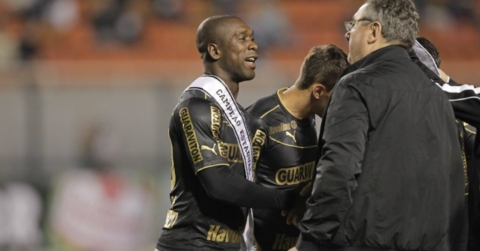 25.mai.2013 - Jogadores de Corinthians e Botafogo trocaram as faixas de campeões estaduais antes do início da partida do Brasileirão, no Pacaembu