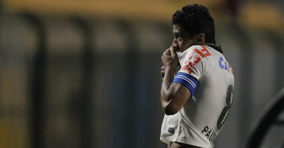 25.mai.2013 - Paulinho comemora gol que deu o empate para o Corinthians contra o Botafogo, no Pacaembu
