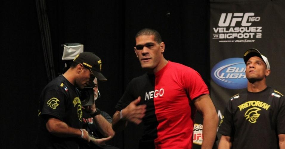 Com a bandeira da Paraíba na camisa, Pezão entra para a pesagem no UFC 160
