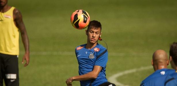 Neymar tenta dominar a bola no treinamento do Santos; pode ter sido o último treino