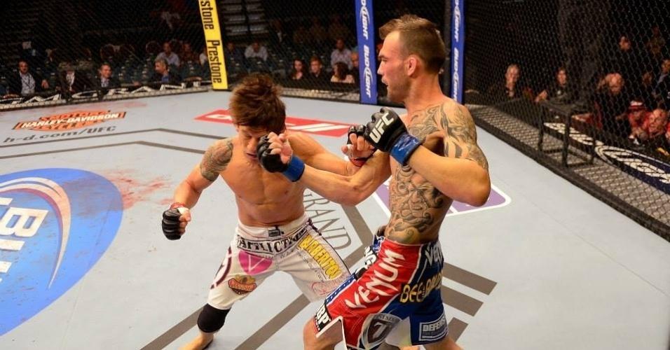 25.mai.2013 - Brian Bowles é atingido no rosto por George Roop no UFC 160